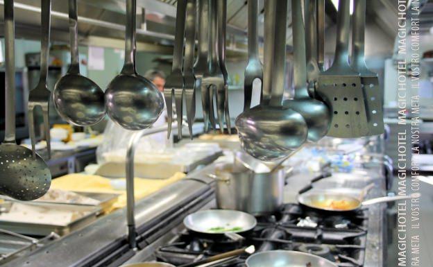 Foto mestoli e padelle della cucina del ristorante
