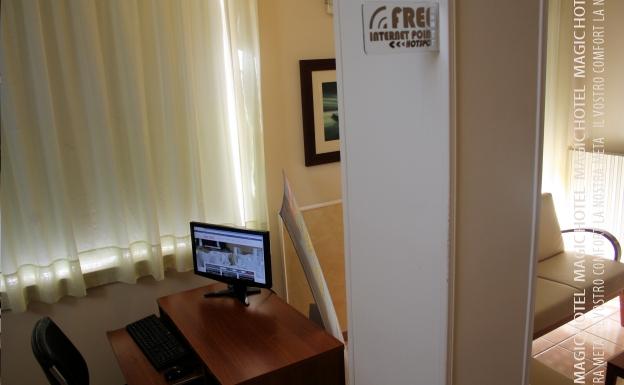 Foto internet point con pc e free wi fi